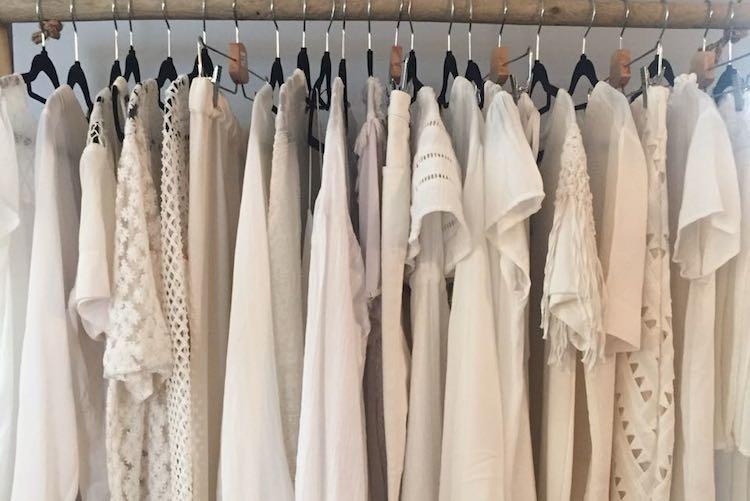 La petite robe blanche, un must-have de notre dressing!