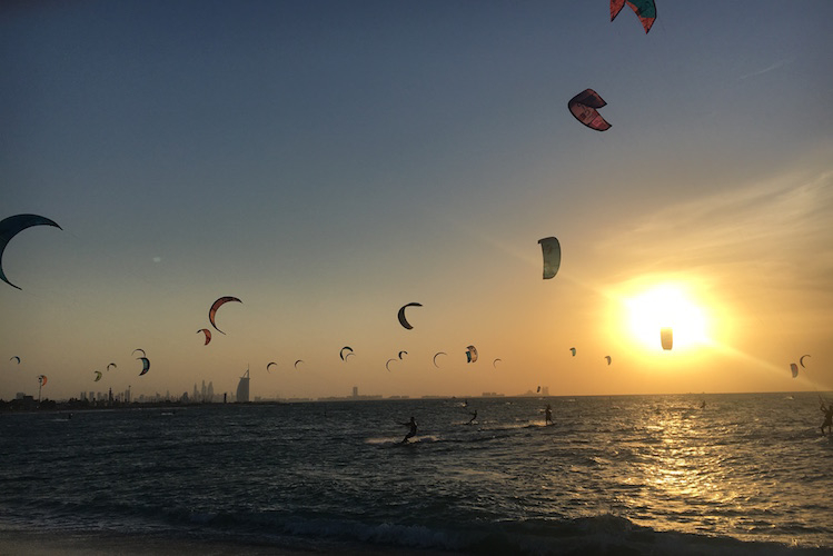 Apprendre et pratiquer le kitesurf, des Émirats à Oman