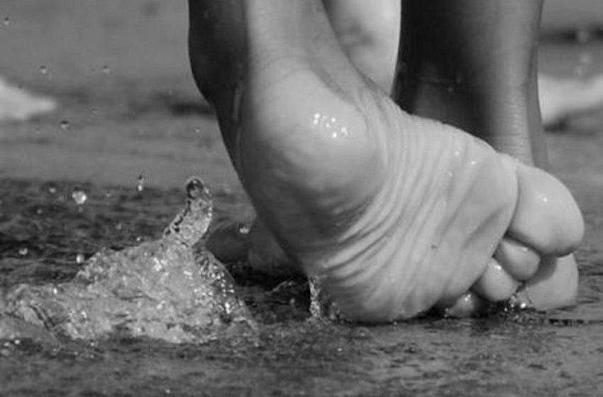 Pieds-nus dans l'eau